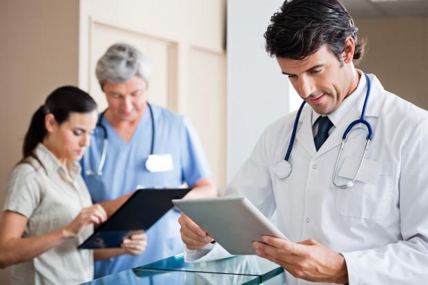 Przy wyborze miejsca pracy lekarzy interesują tylko zarobki?