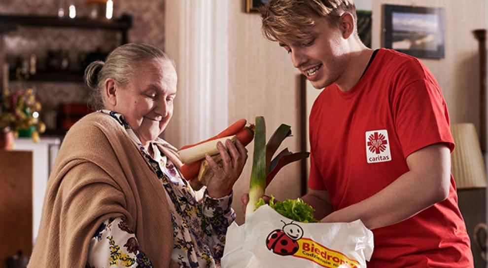 Biedronka wspiera seniorów. Zapłaci i pomoże w zakupach