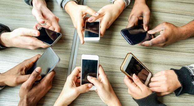 Polacy odpoczywają z telefonem w ręku
