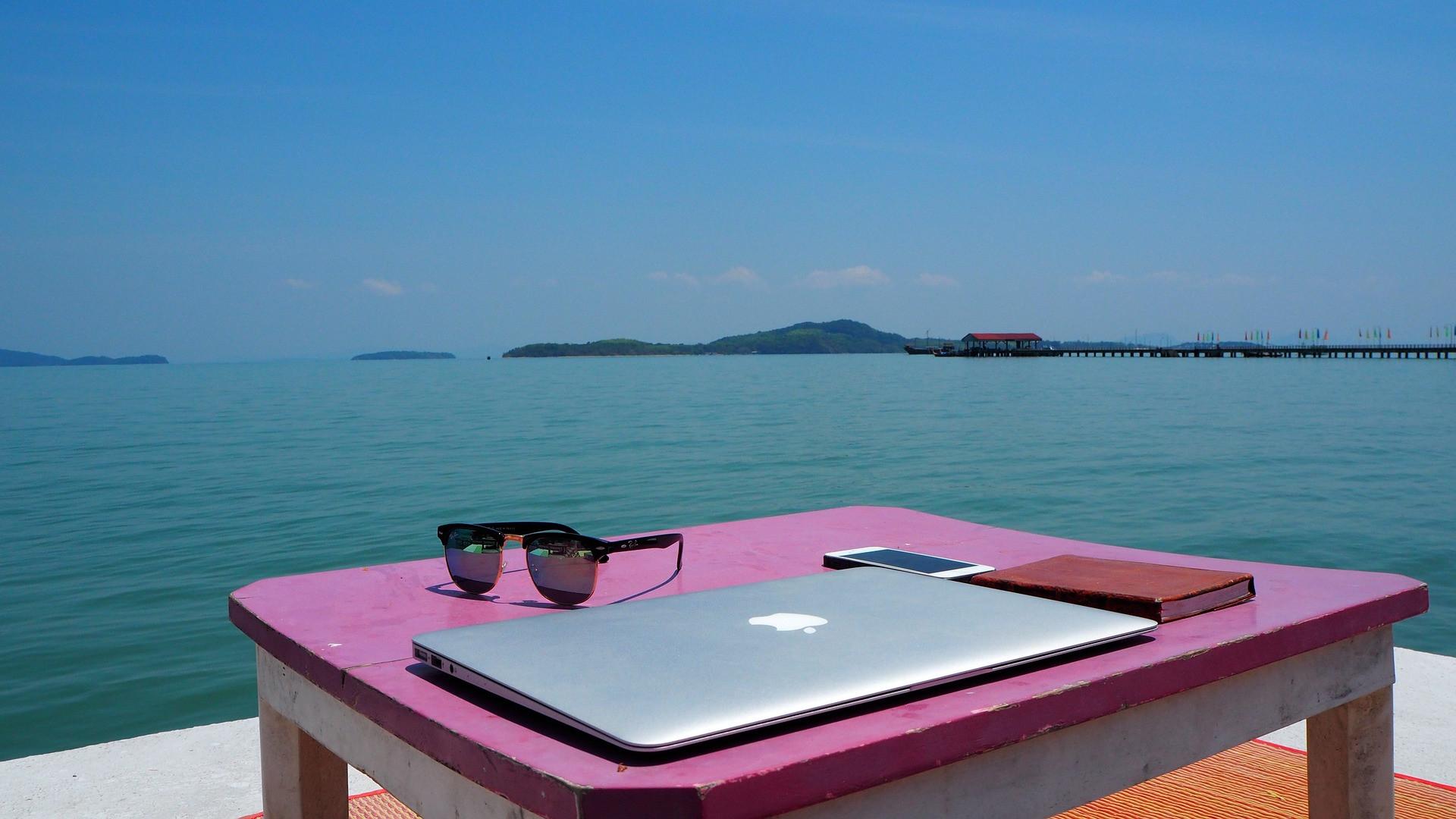 Czasami do pracy wystarczy komputer i telefon... no i internet (fot. pixabay.com)