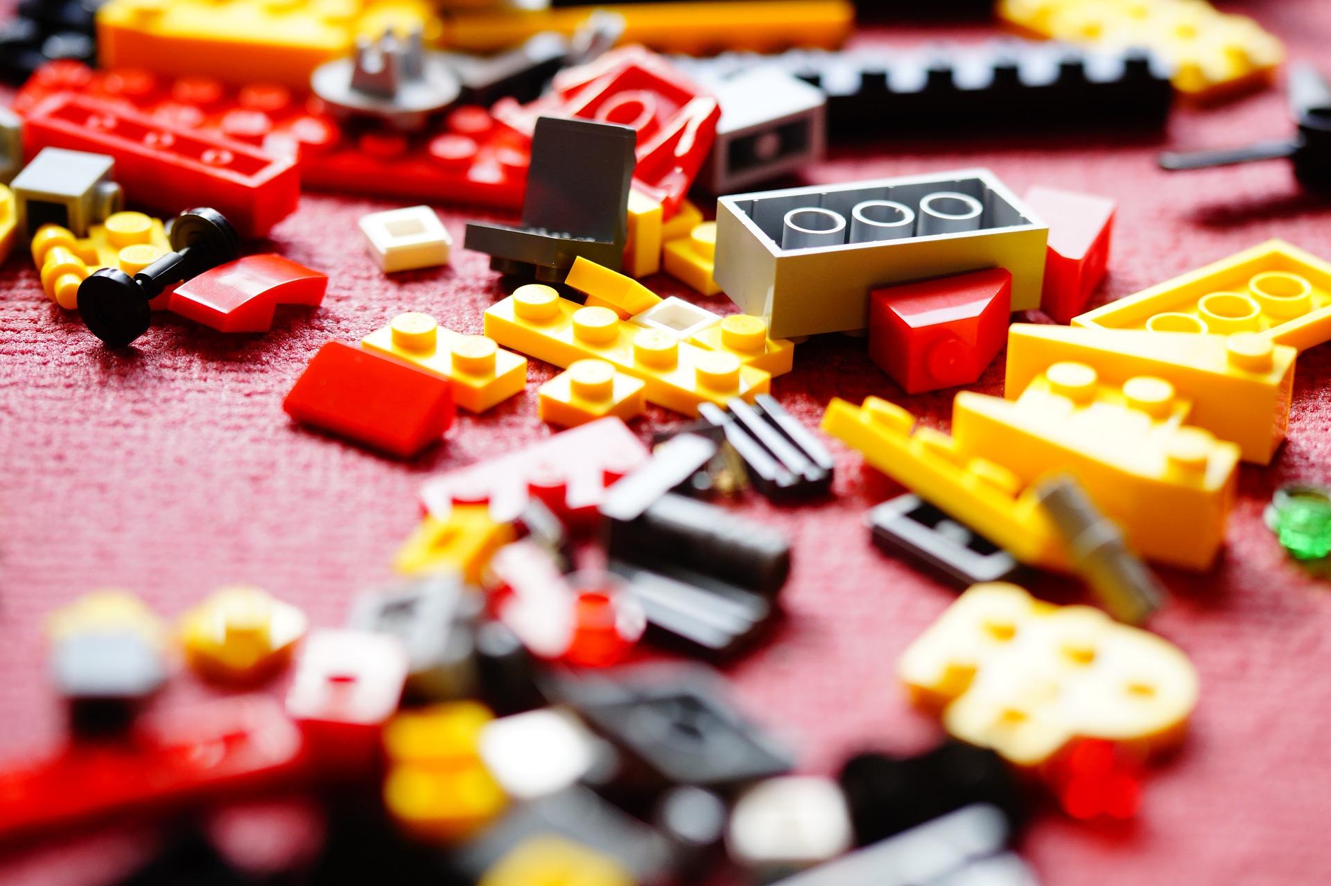 Pracownicy mogą wykonywać konstrukcje np. z klocków (Fot. Shutterstock)