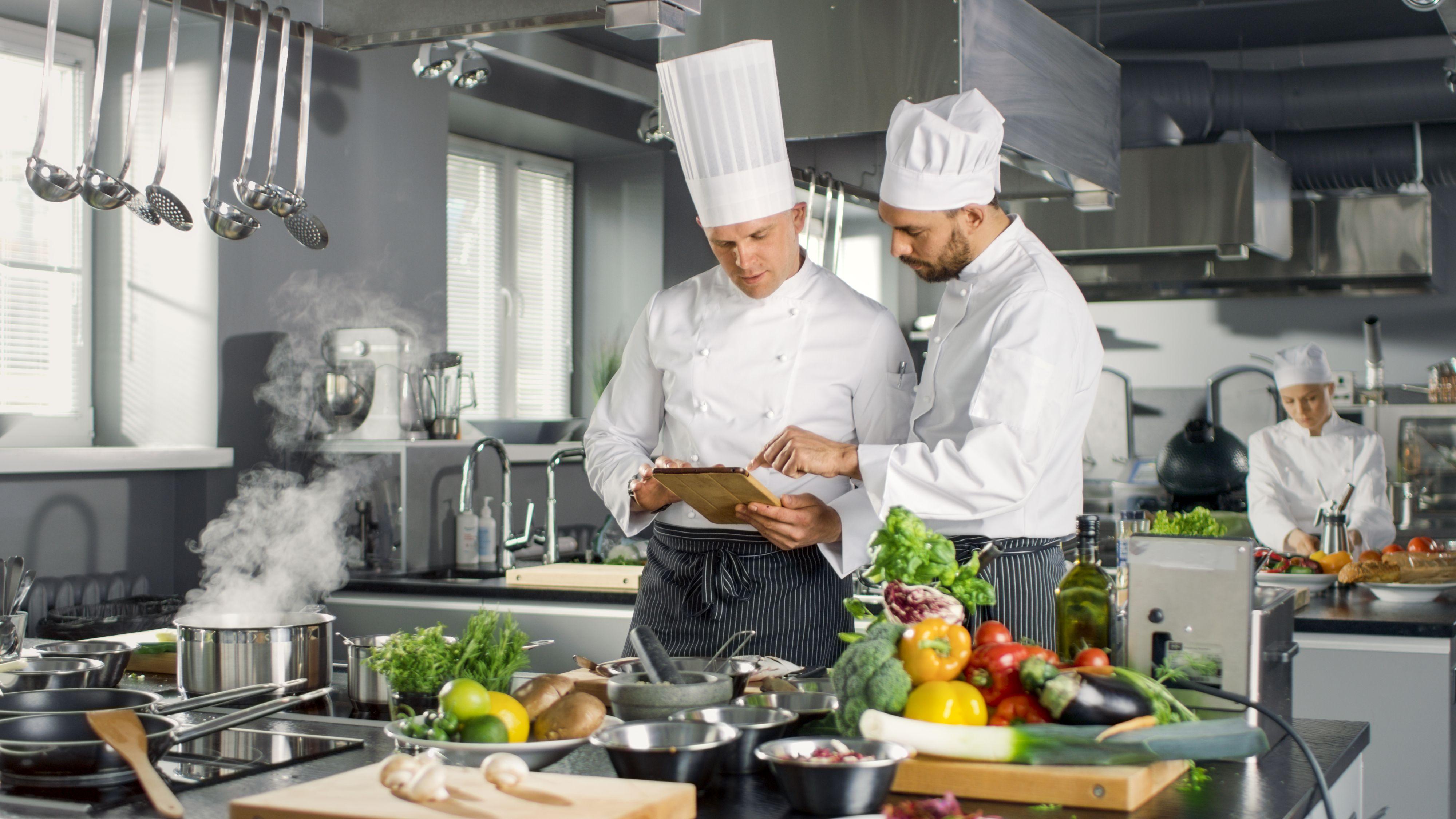 Okazuje się, że także podczas gotowania można rozwinąć swoje kompetencje zawodowe. (Fot. Shutterstock)