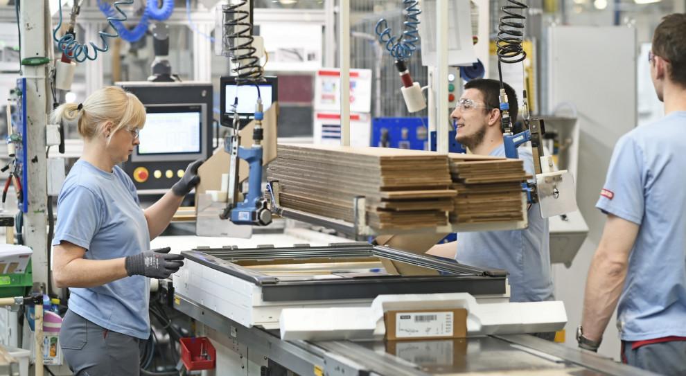 Pracowników Veluxa odciążą roboty. Firma nie zwalnia, a szuka nowych ludzi