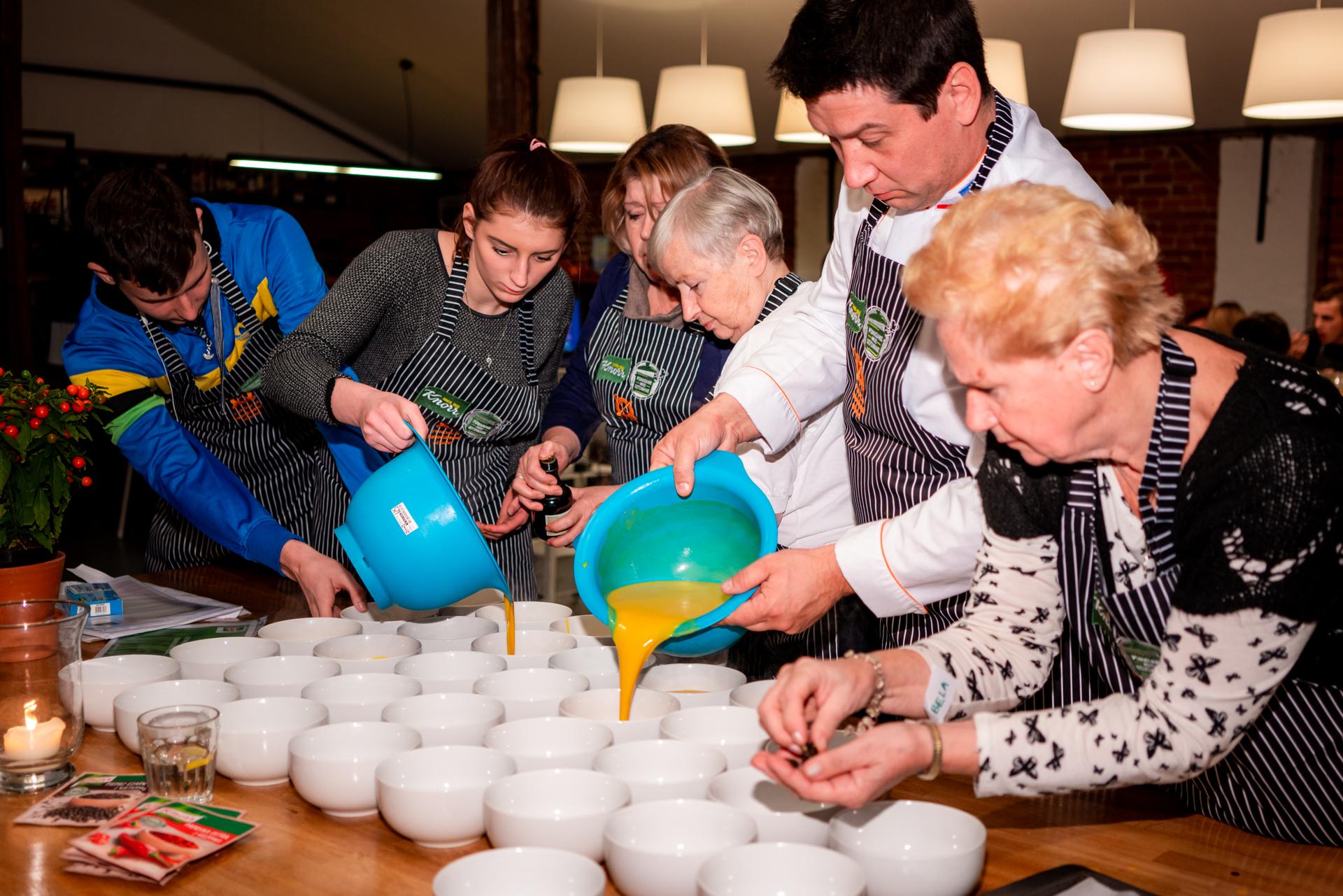 """Dzięki akcji """"Pomaganie przez gotowanie"""" młodzież ma szansę nauczyć się gotowania, co jest umiejętnością niezwykle cenną w dorosłym życiu. (Fot. mat. pras.)"""
