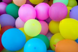 Setnego pracownika powitali balonikami