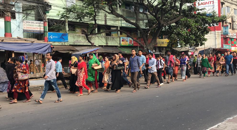 Pracownicy szwalni w drodze do pracy w Bangladeszu (fot. Foreign Personnel Service)