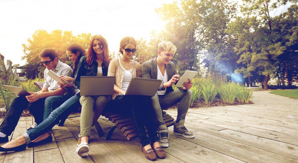 Generacyjna wieża Babel w firmach. Jak przyciągnąć i zatrzymać młodych?