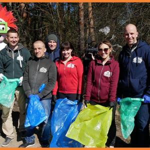 Pracownicy sprzątają świat. Firmy włączają się w akcję Trash Challenge