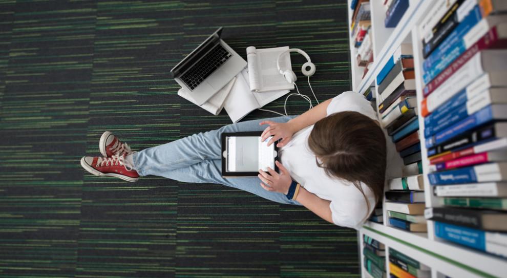 Polska edukacja koncentruje się na zapamiętywaniu informacji, a nie na możliwości ich użycia lub łączenia. (Fot. Shutterstock)