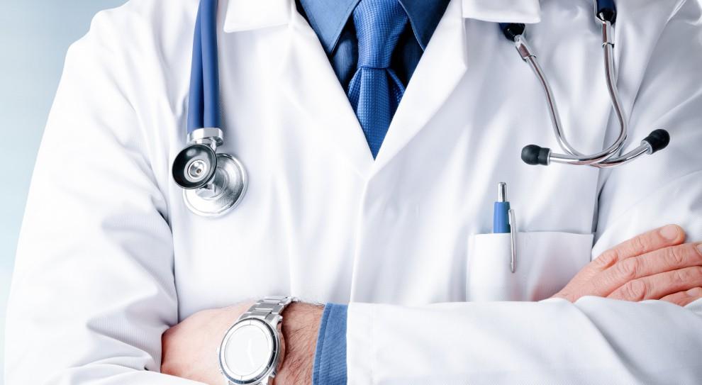 Lekarze rodzinni biorący udział w rekrutacji prowadzonej przez Paragonę nie muszą zdawać egzaminów językowych IELTS ani OET. (Fot. Shutterstock)