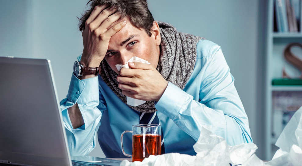 Przełom grudnia i stycznia to czas, w którym pracujący Polscy również chorują częściej. (Fot. Shutterstock)