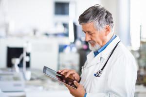 Lekarze przestawili się na e-zwolnienia. Liczba papierowych zwolnień spada