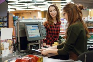 Presja płacowa w handlu nie odpuszcza. Kasjerzy chcą podwyżek
