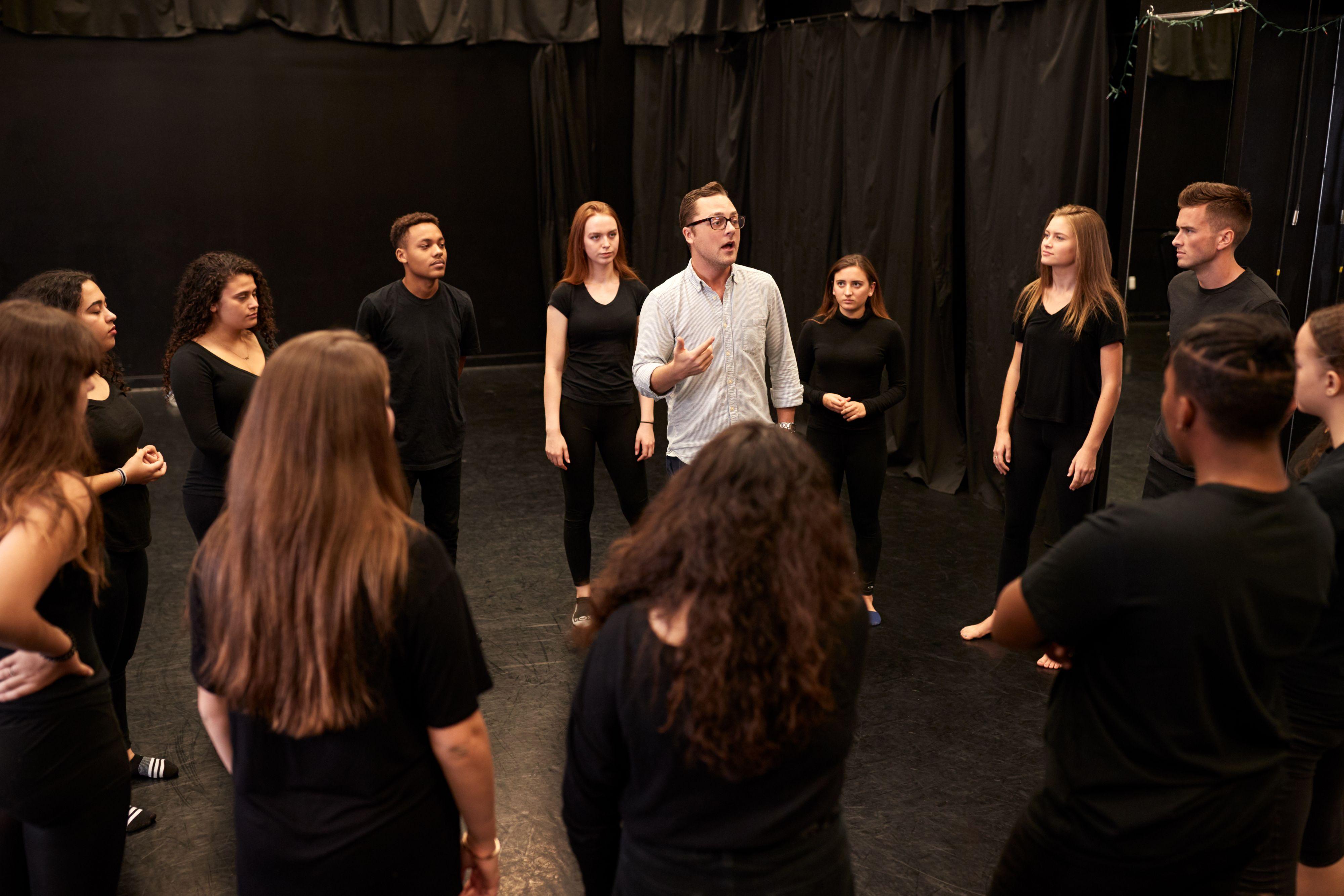 Jednym z nietradycyjnych szkoleń są warsztaty oparte na improwizacji teatralnej. (Fot. Shutterstock)