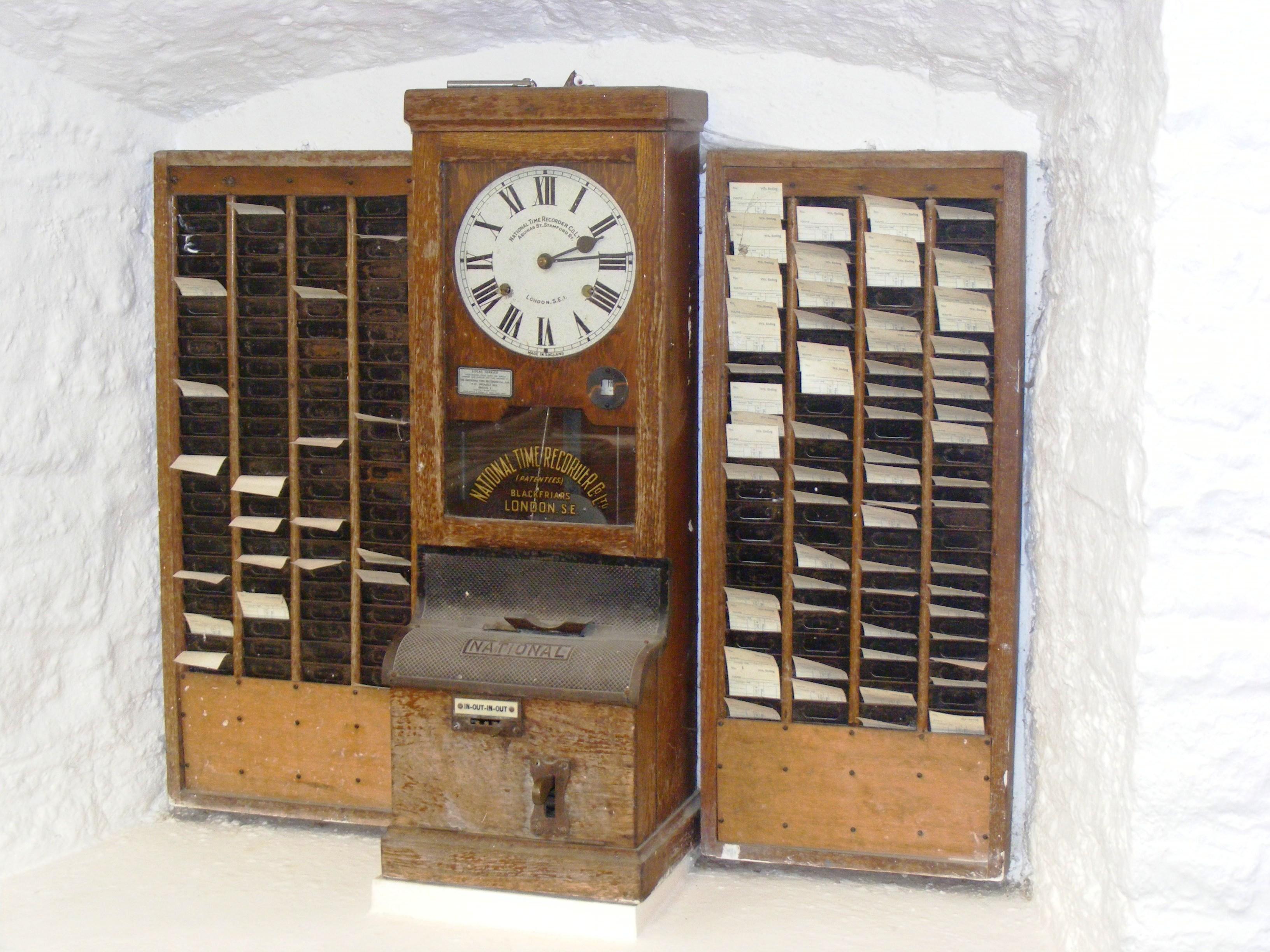 Historia rynku pracy zna dobrze zegary do pomiaru czasu pracy. Były powszechnie używane w przemyśle, w fabrykach w okresie przełomu XIX i XX w. (źródło: wikimedia.org/domena publiczna)