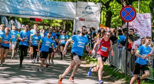 Pomaganie przez bieganie coraz popularniejsze w polskich firmach