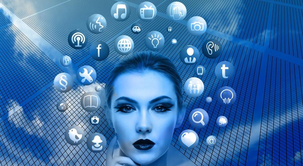 Dlaczego cyfrowi asystenci mają głos kobiety? UNESCO apeluje o pilne zmiany