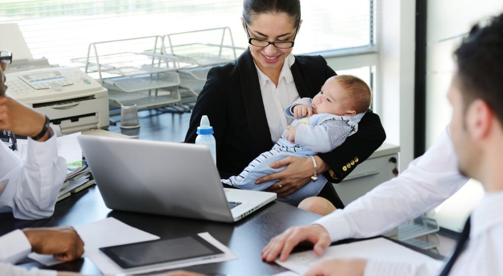 Urlop rodzicielski i pozostałe prawa pracujących mam. Zobacz praktyczny poradnik