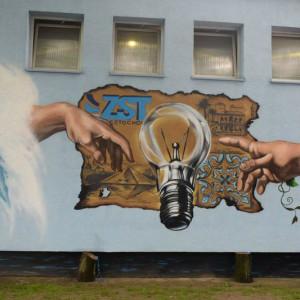 Mural na budynku szkoły promuje praktyki zawodowe