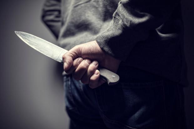Z nożem rzucił się na pielęgniarkę. Usłyszał zarzut usiłowania zabójstwa