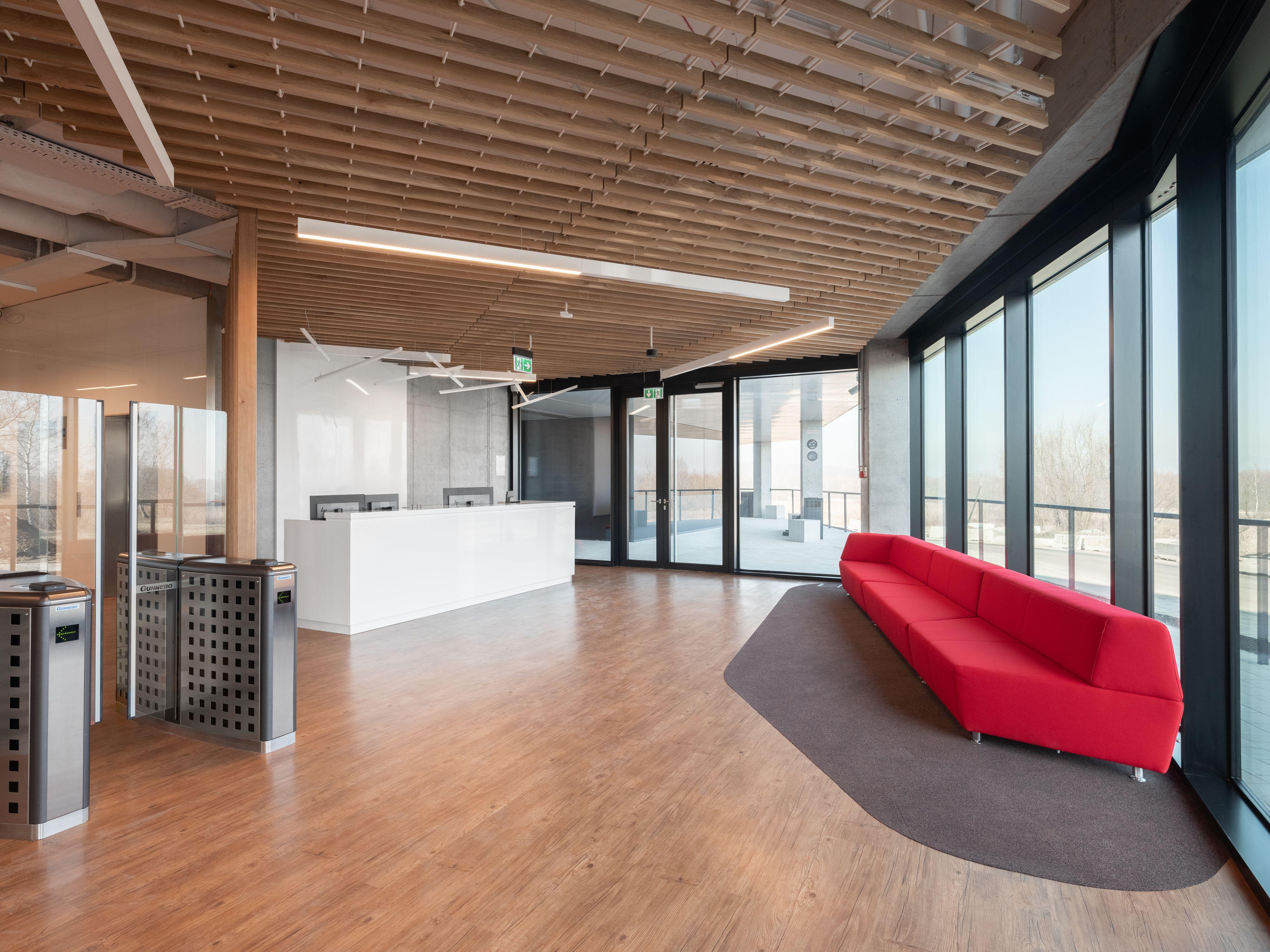 Oprócz przestrzeni typu open space, istotne są również dodatkowe pomieszczenia przeznaczone do prac w mniejszych i większych grupach czy cichej pracy indywidualnej. (Fot. Shell/Przemysław Kuciński)