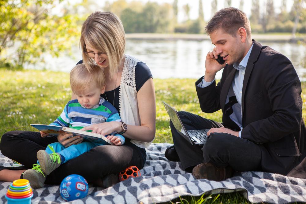 """Akcja """"Dwie Godziny Dla Rodziny"""" jest symbolem integracji życia zawodowego i prywatnego w myśl hasła """"Mamy jedno życie w wielu rolach"""". (Fot. Shutterstock)"""