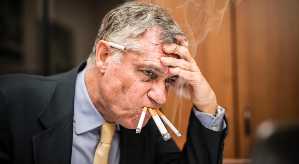 """Polskie firmy tracą miliony na palaczach. Niektórzy """"przepalają"""" nawet miesiąc"""