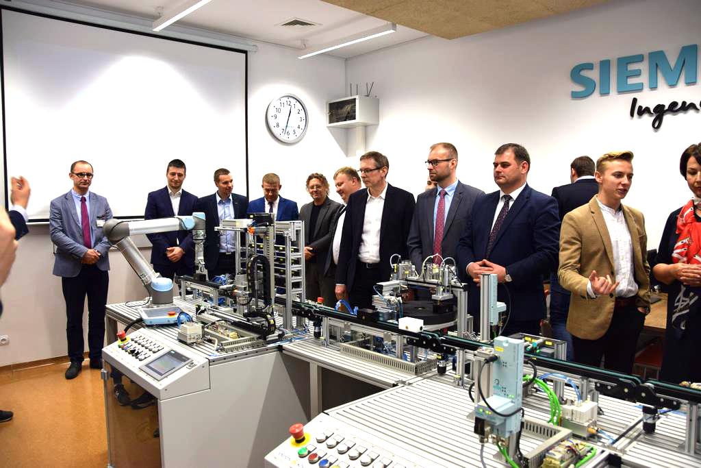 Zebrani w czasie przekazania i prezentacji pracowni w Zespole Szkół Technicznych w Turku. (fot. Siemens/materiały prasowe)