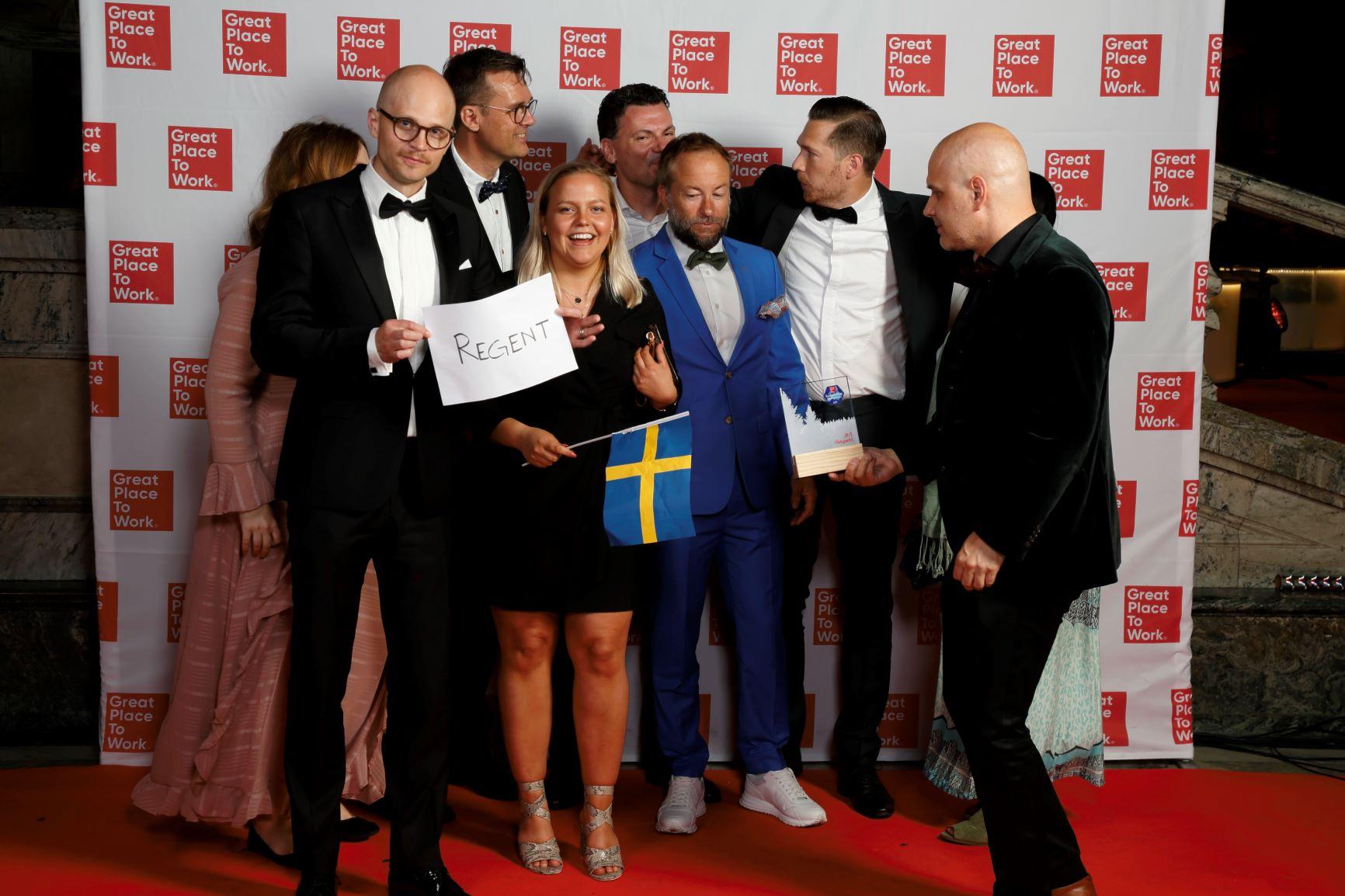 Przedstawiciele firmy Regent chwilę po tym, jak wyszli z gali rozdania nagród Najlepszych Miejsc Pracy w Europie 2019 (fot. materiały prasowe)