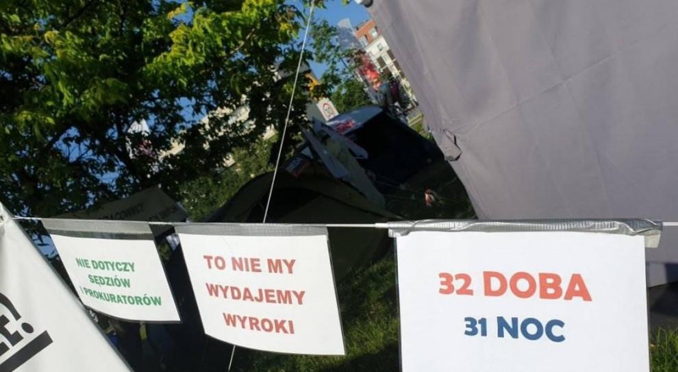 Protestujący pracownicy sądownictwa o propozycji resortu: to gwóźdź do trumny