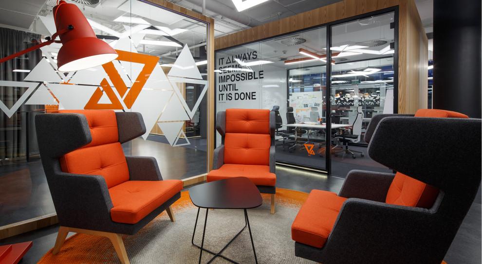 Biuro finansowe ING Banku Śląskiego w charakterystycznym kolorze pomarańczowym banku, jedna z realizacji wnętrz podawana przez CBRE jako przykład biura zlokalizowanego pod potrzeby pracowników (fot. materiały prasowe)
