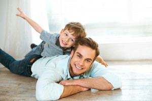 Mężczyźni angażują się w ojcostwo. Co trzeci mniej czasu poświęca karierze