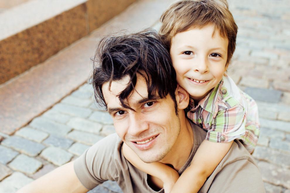 Choć mężczyźni chcą bardziej angażować się w wychowywanie dzieci, to jednak często natrafiają na bariery. (Fot. Shutterstock)