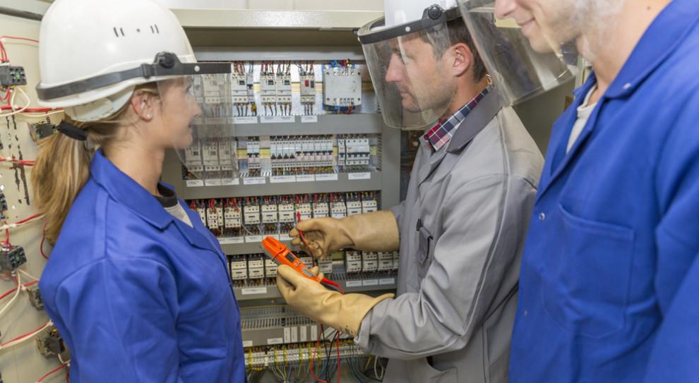 Na to, że kobiet jest wciąż mało wśród inżynierów, bardziej niż pracodawcy wpływają decyzję o wyborze studiów. (Fot. Shutterstock)