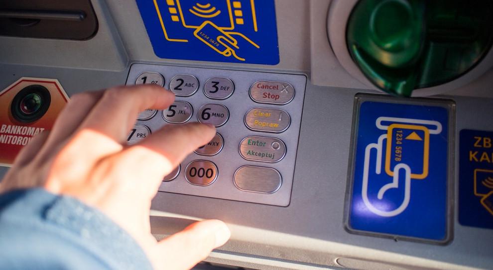 Pracujący w Polsce Ukraińcy mogą przesyłać pieniądze swym bliskim poprzez bankomaty. Bez konta czy karty