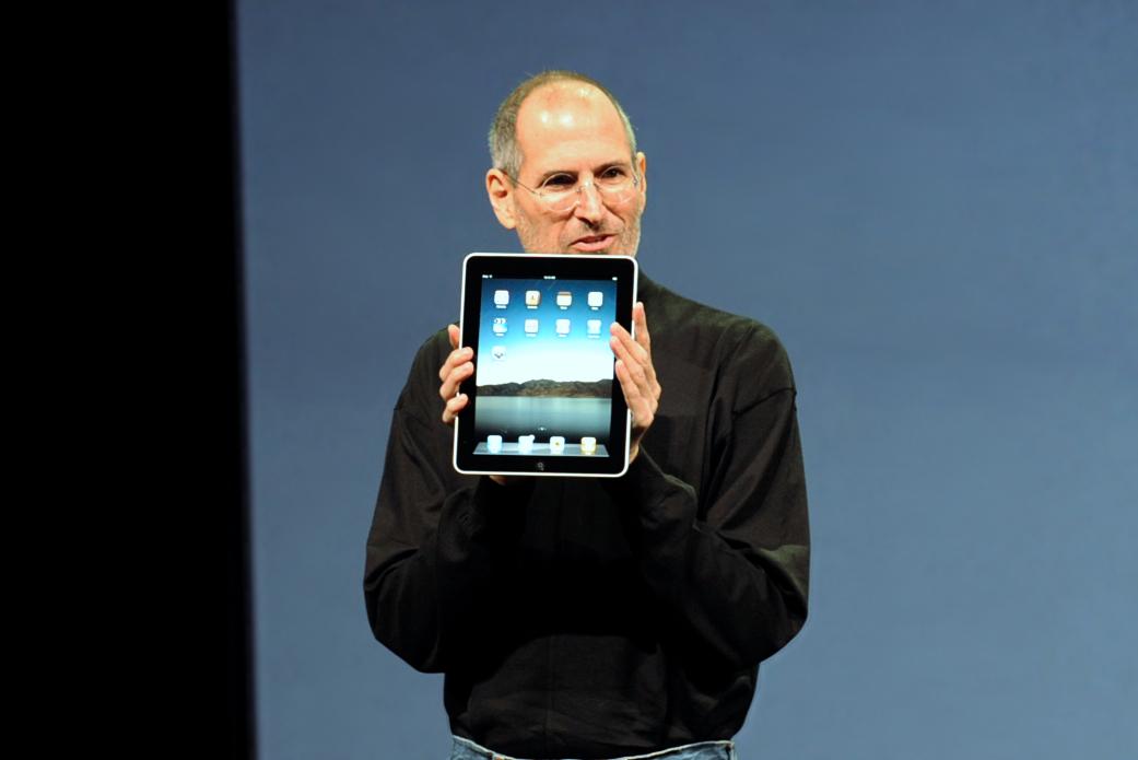 Steve Jobs na prezentacji modelu Apple iPad. Było to jedno z pierwszych mobilnych urządzeń, które mogło pobierać aplikacje z internetu. (fot. Matt Buchanan/wikimedia.org/CC BY 2.0)