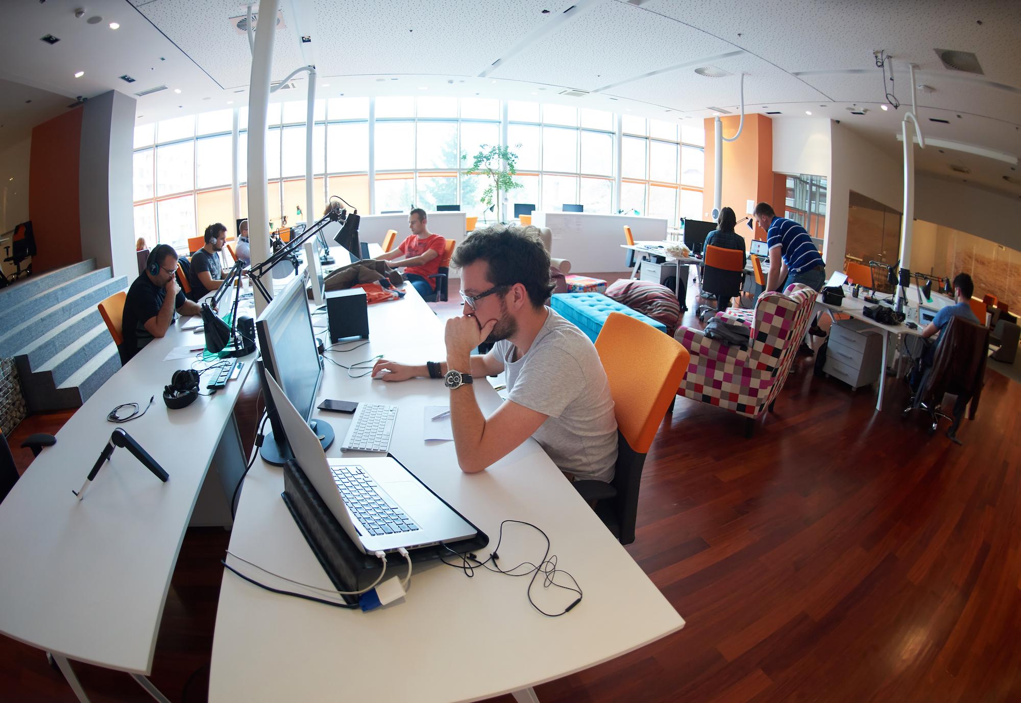 Praca w przestrzeniach open space będzie musiała się zmienić (fot. Shutterstock)