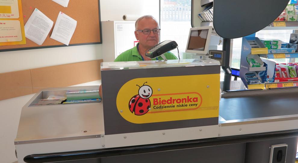 Lech Kucharski mógłby być na emeryturze, jednak woli dalej pracować. (fot. Biedronka)