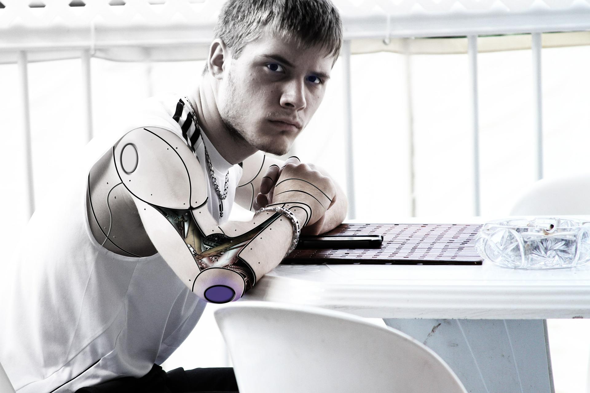 - Już dziś istniejące technologie pomagają zautomatyzować pracę - mówi jeden z ekspertów zaproszonych do omówienia raportu