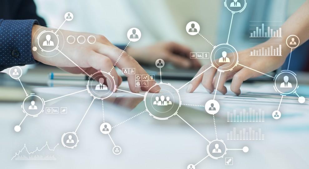 To, czy agencje stawiają na doświadczonych pracowników czy na osoby bez doświadczenia, zależy od danej firmy - wielkości agencji, struktury i bieżących potrzeb. (Fot. Shutterstock)