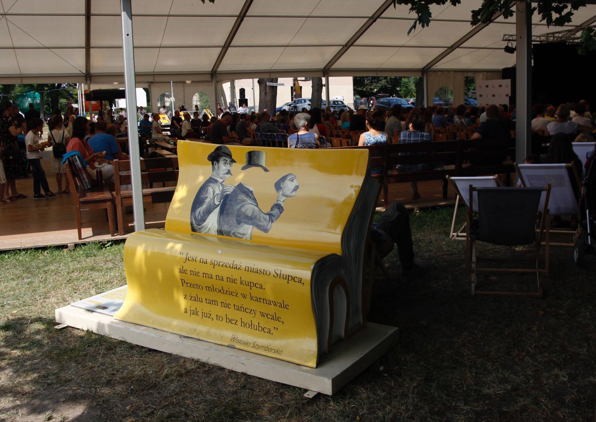 Jedna z ławeczek promujących czytelnictwo, które można będzie zobaczyć na Festiwal Stolica Języka Polskiego. (fot. Alior Bank/materiały prasowe)