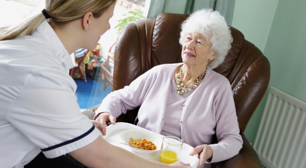 Praca opiekunek dla osób starszych. SAZ obala mity o wyjazdach za granicę