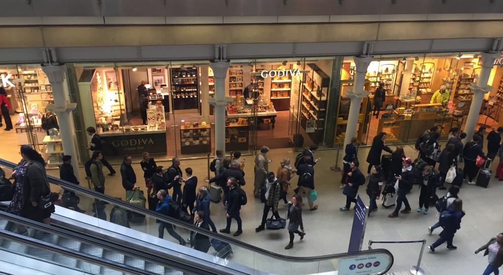 Nawet 65 proc. mniej wizyt w sklepach niż rok temu