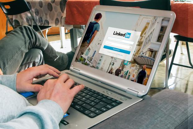 LinkedIn wykorzystał nowe technologie do walki z fake newsami