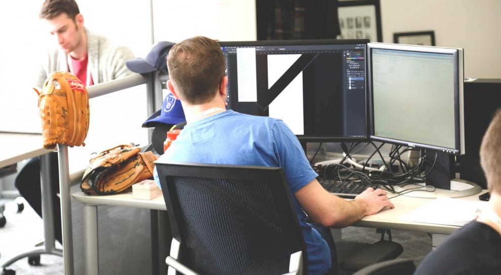 Romans, plotki i filmy dla dorosłych – odkrywamy grzeszki w biurach
