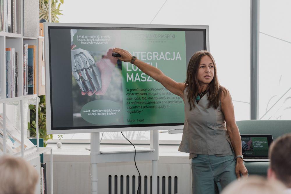 Joanna Heidtman w czasie prelekcji Spotkanie Praktyków Różnorodności w Lepszym Świecie. (fot. materiały prasowe)