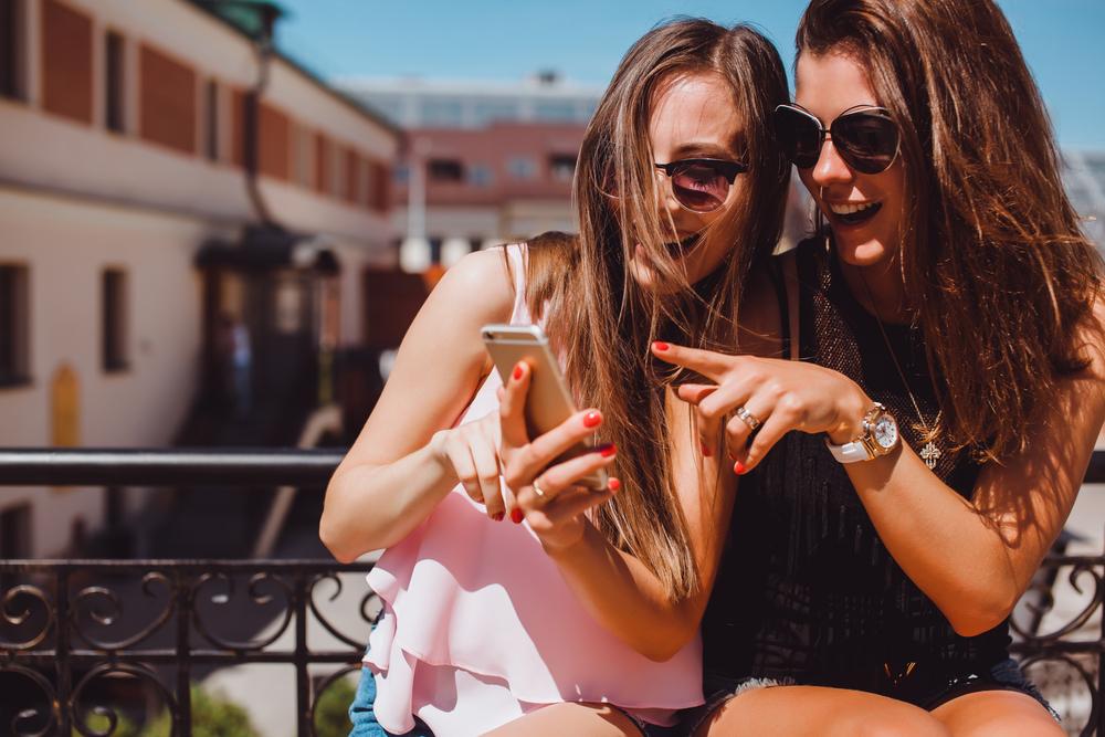 """Najważniejszym """"doradcą"""" młodych jest internet (Fot. Shutterstock)"""