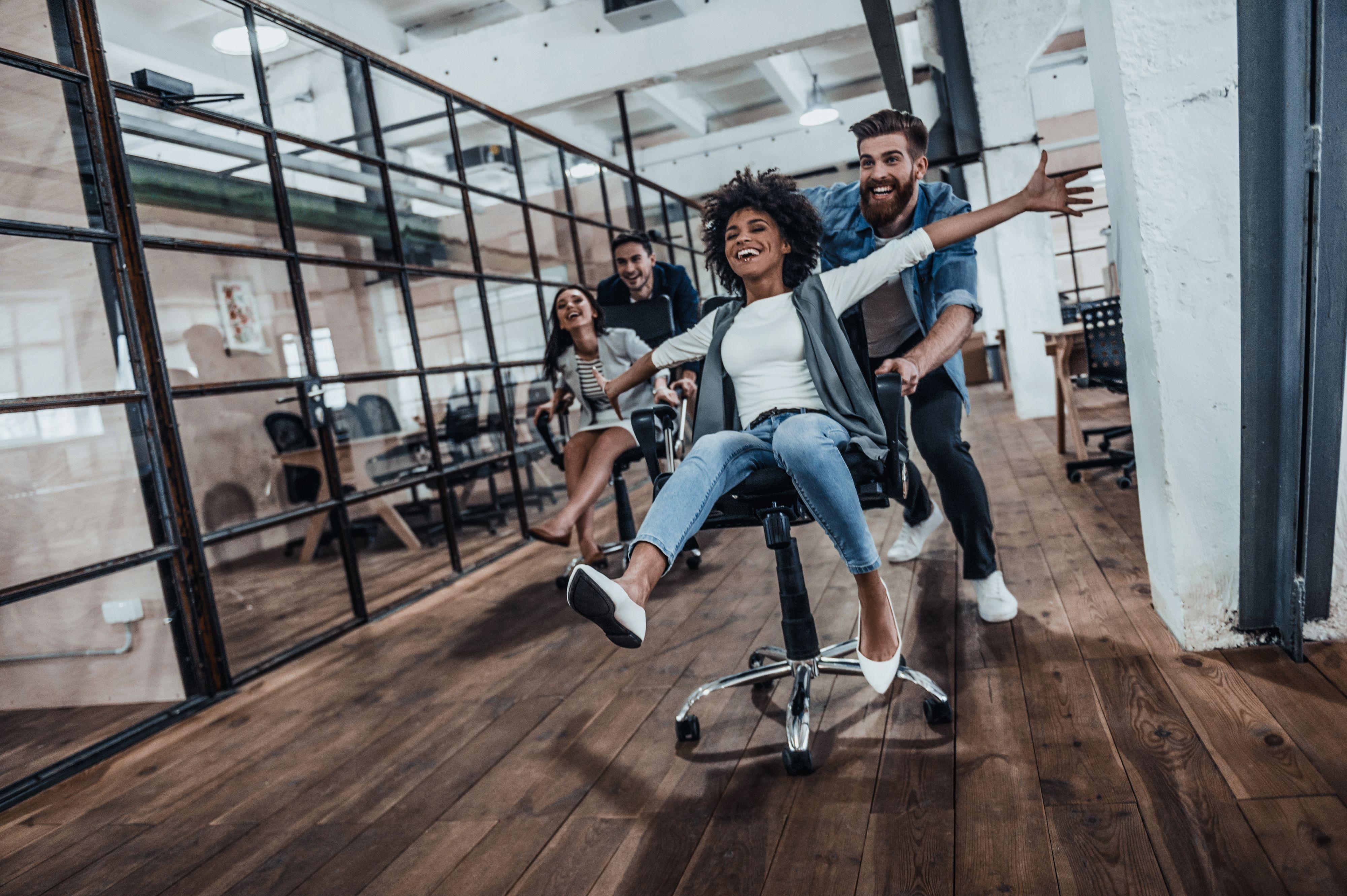 Przestrzenie flex, miejsca dedykowane pracy kreatywnej i zespołowej - to wszystko jasno dowodzi, że pracodawcy starają się stworzyć biura szyte na miarę potrzeb swoich pracowników. (Fot. Shutterstock)