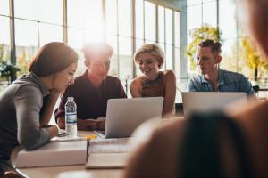 Studia bez perspektyw? Młodzi częściej badają sytuację na rynku pracy