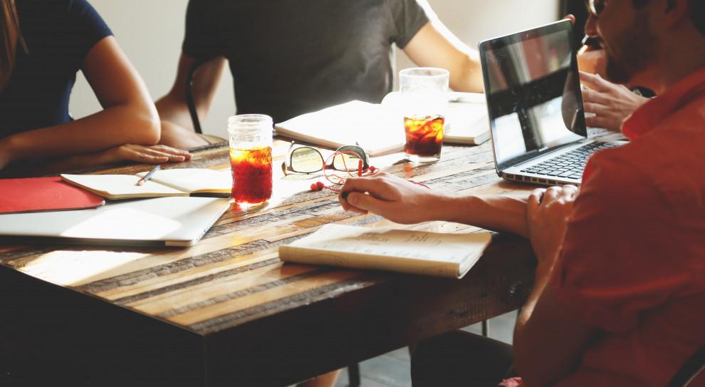 69 proc. pracowników twierdzi, że lepiej wykona pracę swojego szefa